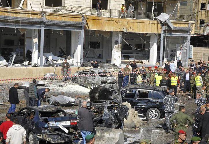 Un doble atentado causa al menos 4 muertos y 100 heridos en el sur de Beirut. Soldados libaneses e integrantes de Protección Civil revisan los daños causados tras una explosión registrada cerca de la Embajada de Kuwait y la Cancillería de Irán en el barrio de Bir Hasan, en el sur de Beirut. (Efe)