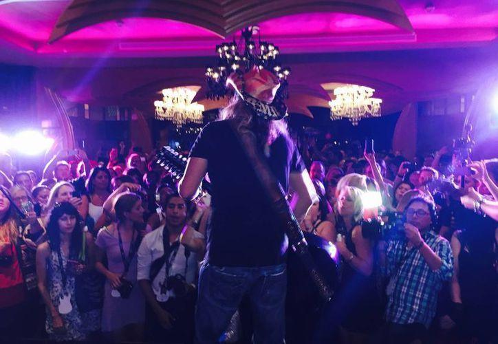 El vocalista de Poison ofreció una presentación musical luego de la inauguración de la suite que él diseño. (Cortesía/bretmichaels.com)