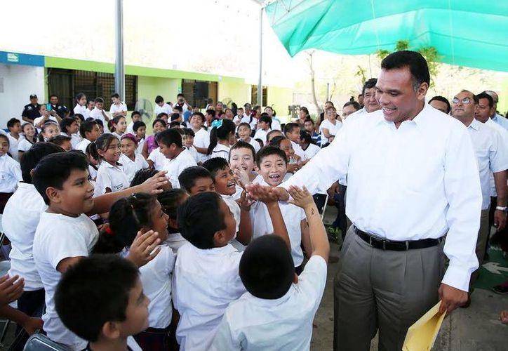 El Gobernador convivió con los alumnos de la primaria 'Guadalupe Victoria'. (Milenio Novedades)