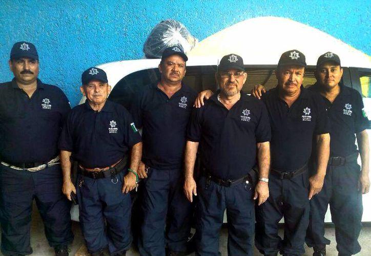 Hipólito Mora (centro) con integrantes de Fuerza Rural en el municipio de La Ruana, Michoacán. (Notimex)