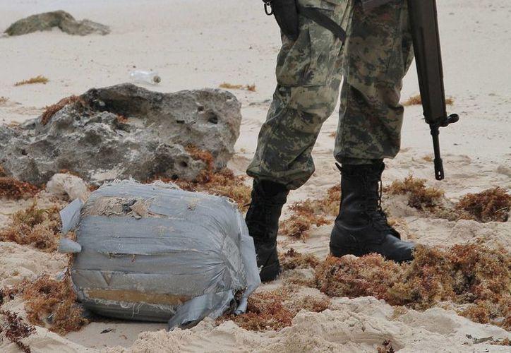 Paquetes, que en conjunto tenían 11 kilos de droga, recalaron el jueves en la costa de Cozumel. (Gustavo Villegas/SIPSE)