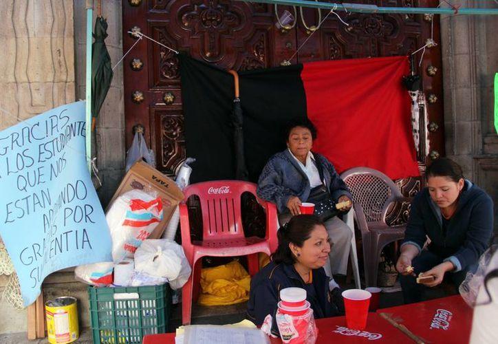 Trabajadores permanecen a las puertas de la Uady en señal de huelga; solicitan el pago de un salario justo. (Milenio Novedades)