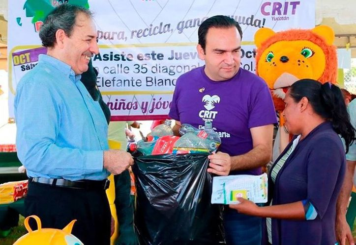 El titular de la Secretaría de Desarrollo Social (Sedesol), Nerio Torres Arcila y el director Operativo del CRIT Yucatán, Heriberto Parra Meléndez reciben los envases de PET en el programa 'Recicla por tu Bienestar'. (Milenio Novedades)