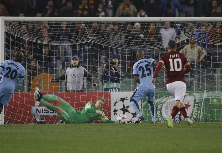 No solo la delantera del Manchester City hizo su trabajo. En la gráfica el portero del cuadro inglés, Joe Hart, desvía un tiro de Totti (derecha). (Foto: AP)