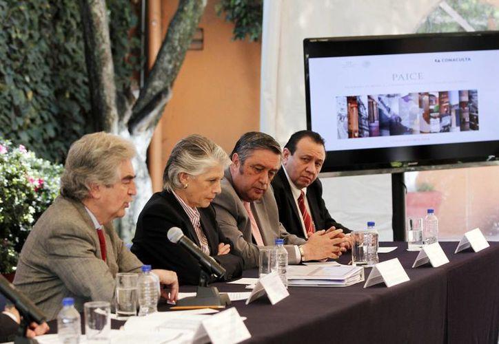 Rafael Tovar y de Teresa (izq),  titular del Conaculta, durante la conferencia de prensa en la capital del país donde anunció de los proyectos de modernización y equipamiento del Teatro José Peón Contreras. (Milenio Novedades)