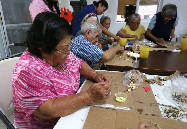 """El lunes pasado el artista presentó por cuarta ocasión en Cancún su exposición """"Arte en cerillos de madera"""". (Faride Cetina/ SIPSE)"""