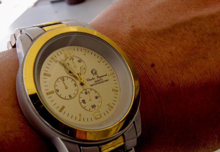 Recuerde retrasar su reloj una hora el sábado antes de ir a dormir. (Notimex)