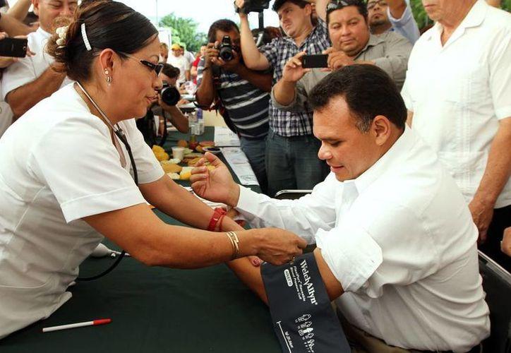 El gobernador Rolando Zapata Bello se somete a un examen médico. (Milenio Novedades)