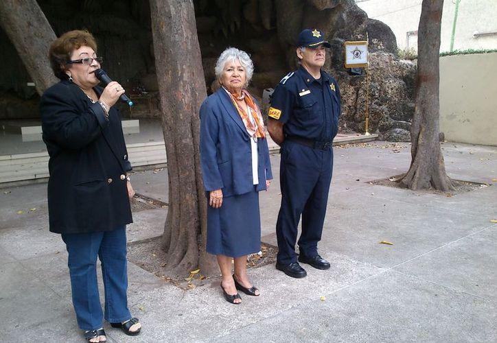 Maestras del Centro Educativo Lourdes dieron la bienvenida a los agentes de la Policía Municipal. (Milenio Novedades)