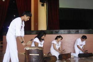 Firman acuerdo que beneficia a los artesanos mayas
