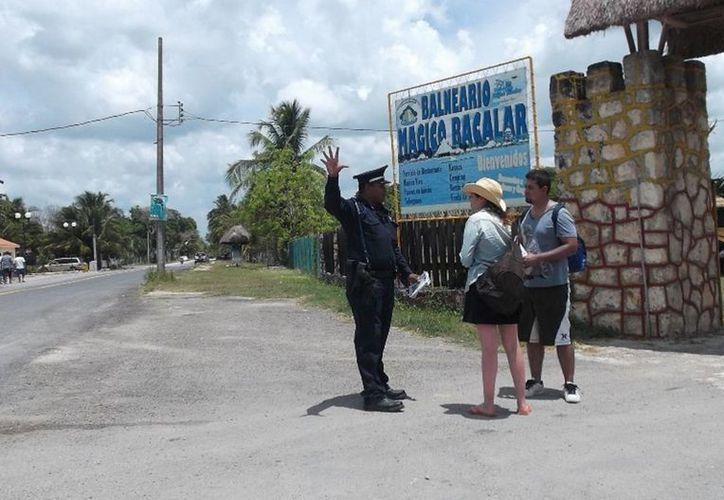 En el periodo vacacional incrementan los elementos policiales, para mantener la vigilancia de Bacalar. (Javier Ortiz/SIPSE)