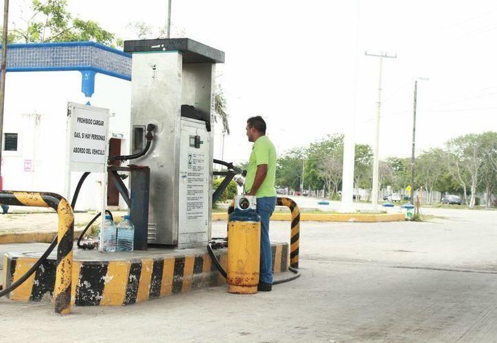 Un peso menos por cada kilo de gas, era la rebaja que se ofreció a los consumidores que acudieron a la estación de una conocida empresa en Mérida. (Jorge Acosta/ Milenio Novedades)