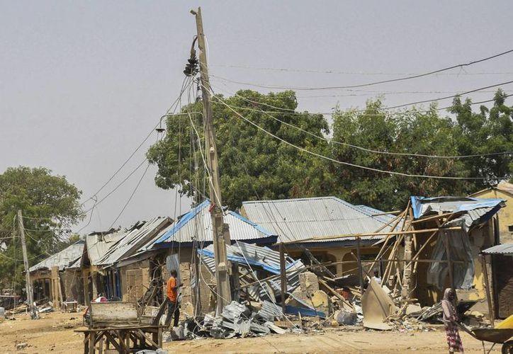 Varias personas observan los daños en diversos edificios tras un ataque de Boko Haram en Mubi, Nigeria. (EFE/Archivo)