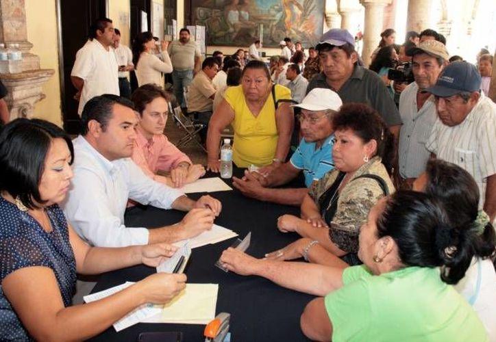 """El alcalde Renán Barrera (i) encabeza el programa """"Miércoles Ciudadano"""". (SIPSE/Archivo)"""