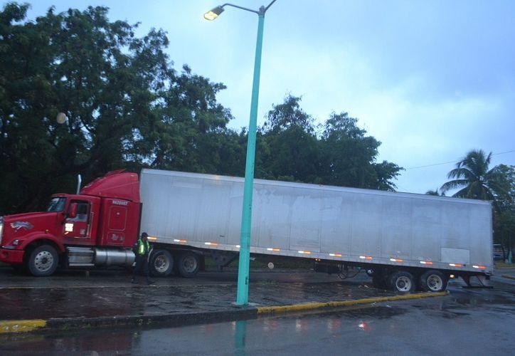 Vehículo de carga rompe camellón central de la avenida Héroes de Chapultepec, esquina con Universidad. (SIPSE)