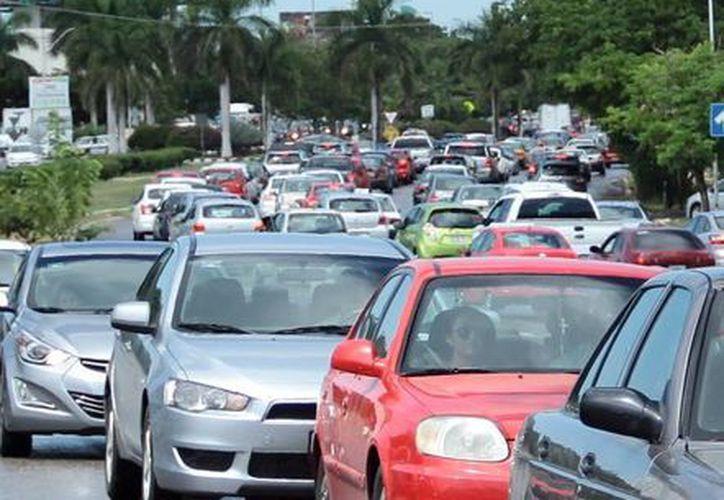 En 2000 existía un auto por cada seis habitantes en Mérida, ahora es uno por cada tres. Imagen del tráfico que existe en el Centro Histórico de Mérida. (Milenio Novedades)
