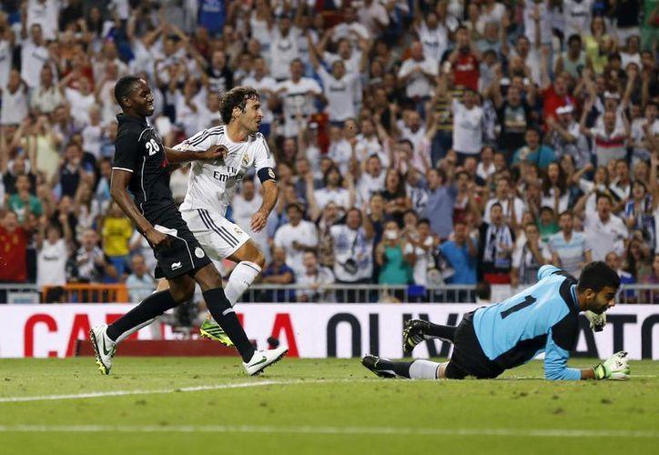 Cuarenta y cinco minutos participó el '7' con el Real Madrid. Raúl (blanco) anotó el primer gol en la goleada amistosa de 5-0 sobre su actual club: Al-Sadd. (Agencias)