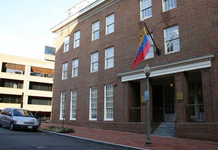 En la imagen la fachada de la embajada de Venezuela en Washington, E.U. (EFE)