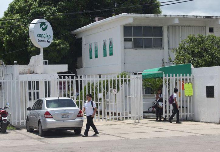 Empleados y ejidatarios de Río Hondo denuncian malos tratos en el Conalep. (Joel Zamora/SIPSE)