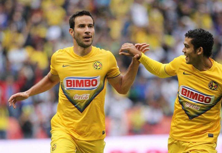 Luis Gabriel Rey (izq.) anotó el único tanto del partido. (Notimex)