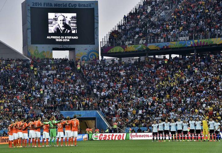 El breve homenaje a Di Stéfano previo al partido semifinal entre Argentina y Holanda fue en acuerdo entre la FIFA, la Asociación del Fútbol Argentino y el Real Madrid. (Foto: AP)