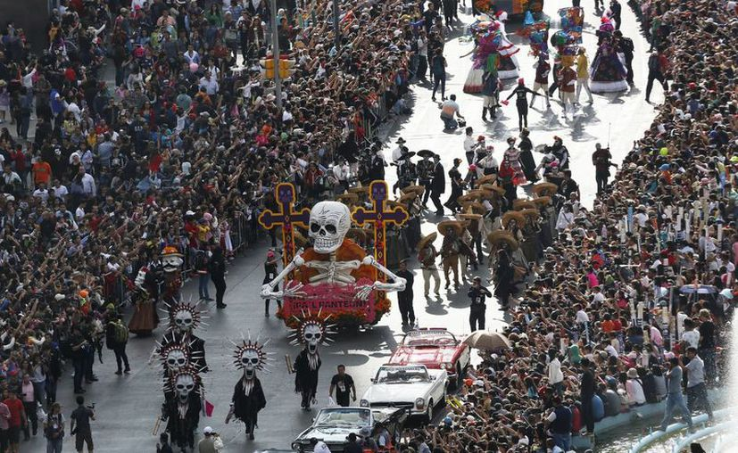 El Desfile del Día de Muertos en Ciudad de México nació de la película de James Bond 'Specter', la cual recreó un desfile relacionado con esta temática. (AP)