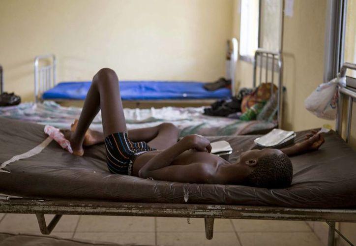 Ya son casi 7 mil las personas fallecidas y 16 mil infectadas con el virus del ébola. En la foto, un niño bajo tratamiento en una clínica de Sierra Leona. (Foto: AP)