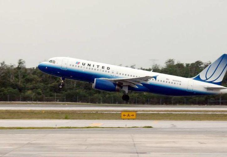 Ayer en Mérida una aeronave  canceló su despegue a EU, por una rajadura en el panorámico, el avión pertenece a la flota de United. (Milenio Novedades)
