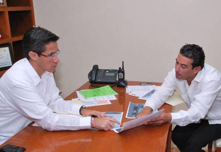 El alcalde en una reunión con el director de Desarrollo Social. (Cortesía/SIPSE)