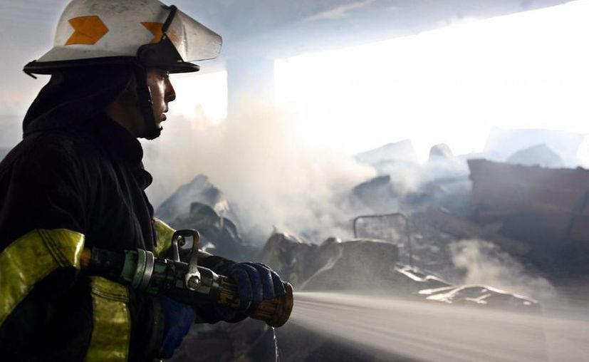 Después de cuatro horas de iniciado el incendio, los bomberos seguían trabajando en el lugar. (Imagen de archivo/EFE)