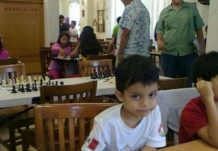 Axel Cetz Altamirano, de siete años, ganó medallas de oro y plata en sub 10 y 8 de ajedrez en los juegos regionales. (Javier Ortiz/SIPSE)