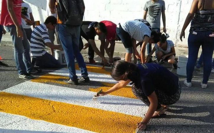 Los alumnos de la Preparatoria No. 2 tomaron la iniciativa para colocar un paso peatonal. (Milenio Novedades)