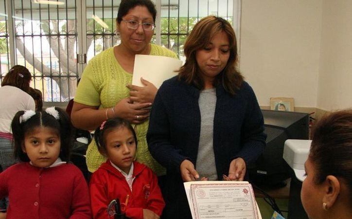Piden calma a quienes se precipitan por ocupar un lugar seguro para sus hijos en los planteles más demandados. (SIPSE)