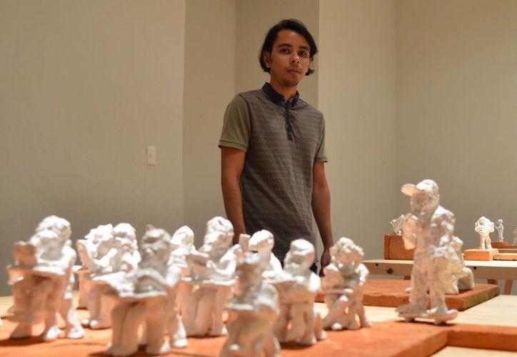 Gabriel Niquete junto a algunas de las piezas de la colección. (Milenio Novedades)