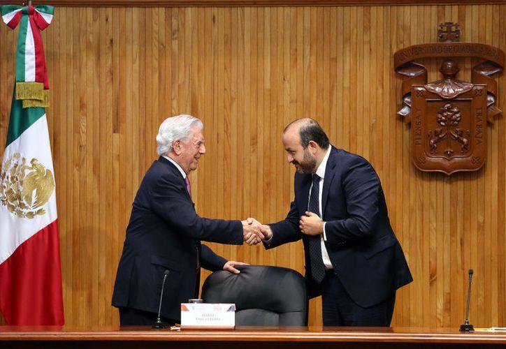 Es escritor Mario Vargas Llosa, y el Rector General de la UdeG, Ricardo Villanueva inauguran el foro Desafíos a la libertad en el Siglo XXI. (Agencia Reforma)