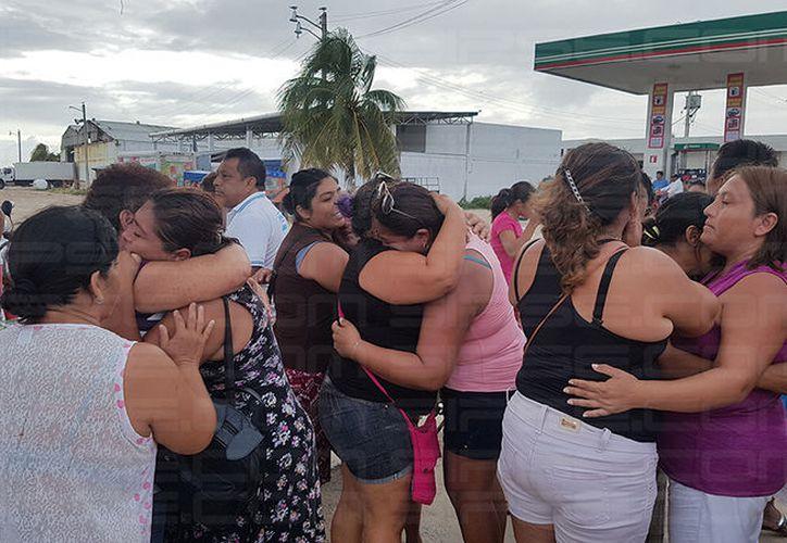Las familias no guardaron su felicidad al enterarse que habían rescatado a los pescadores. (Milenio Novedades)