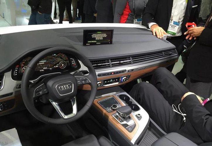 Interior del nuevo Audi Q7, auto que será presentado durante el Auto Show 2015 de Detroit. (twitter/@salcedo_oscar)