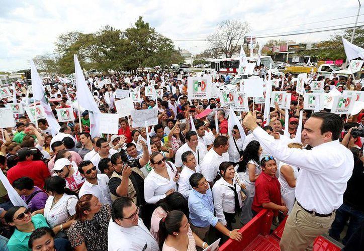 El candidato del PRI a la alcaldía, Nerio Torres Arcila, saluda a sus seguidores luego de su registro. (Milenio Novedades)