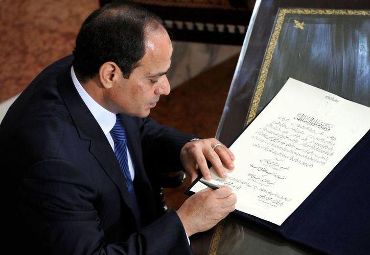 Abdul Fatá El Sisi, ex jefe del ejército, en la sede de la Corte Suprema Constitucional durante la toma de protesta como presidente de Egipto. (Foto: AP)