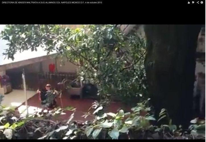 En los 13 segundos que dura el video, se observa a una mujer que agita la cabeza de un menor de edad y después lo zangolotea de un lado a otro. (YouTube)