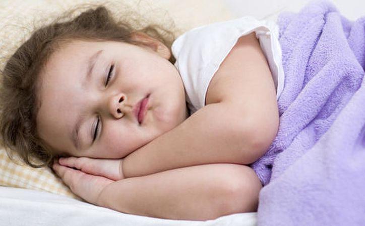 ir a la cama tarde y luego dormir durante muchas horas puede ser realmente perjudicial para la rutina de sueño que les has inculcado todo el año. (Foto: Contexto/Internet)