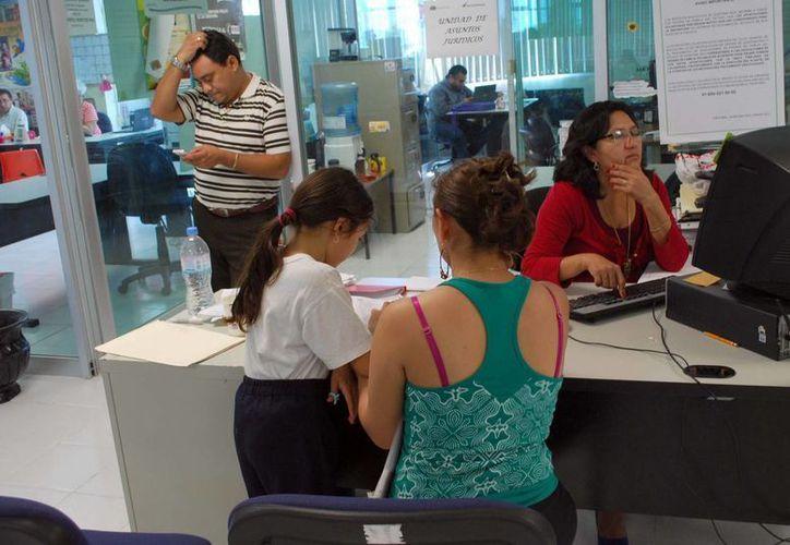 Padres de familia regresan a la SEQ por espacios para sus hijos. (Tomás Álvarez/SIPSE)