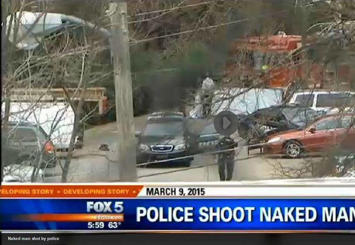Captura de pantalla de un video de Fox 5 News del sitio donde fue acribillado el hombre desnudo.