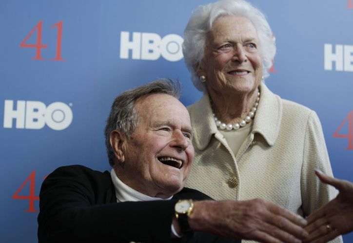 George H.W. Bush con su esposa Bárbara al arribar a la premiere de un documental sobre su vida en HBO en junio de este año. (Agencias)