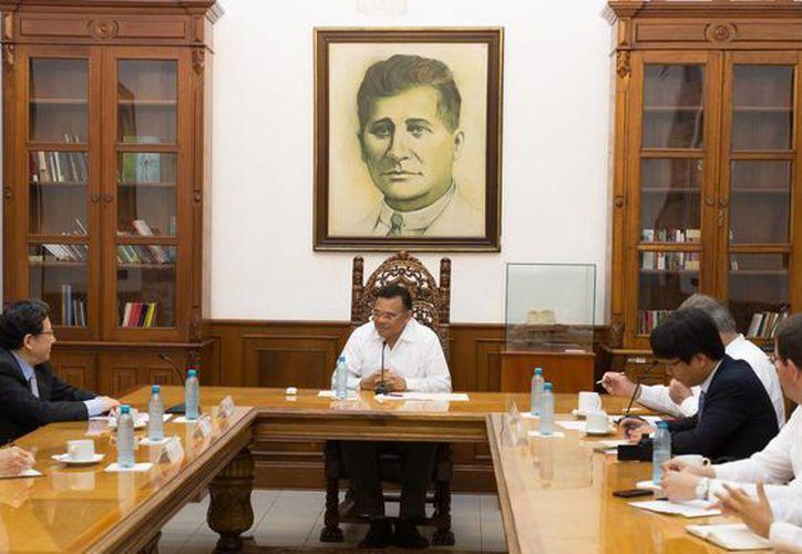 Entre sus actividades del domingo, el gobernador Rolando Zapata Bello recibió al embajador de la República de Corea en México. (SIPSE)