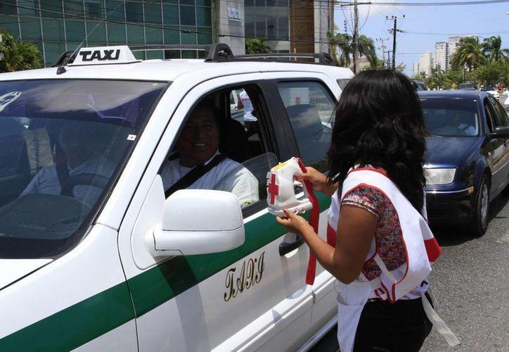 Decenas de personas se unieron al boteo de la Cruz Roja. (Tomás Álvarez)