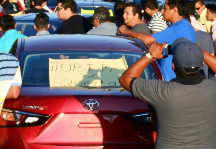 Empresarios pidieron a la empresa Uber registrarse para poder prestar legalmente el servicio de transporte de pasajeros. La imagen, de una protesta, está utilizada sólo como contexto. (Eduardo Vargas/SIPSE-Archivo)