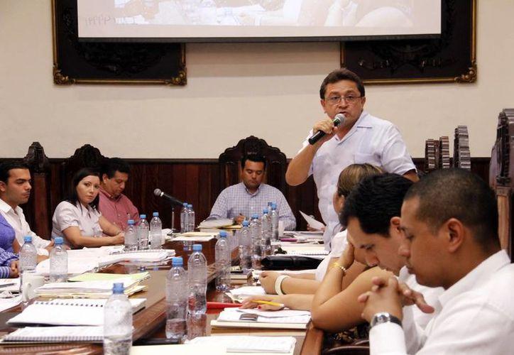 La reunión duró tres horas y media y estuvo presidida por el alcalde Renán Barrera Concha. (Juan Albornoz/SIPSE)