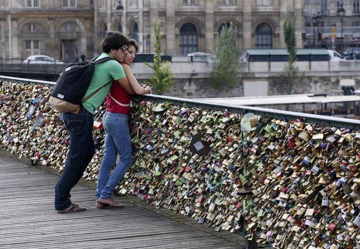 El peso de los miles de candados en los puentes de París está amenazando la estabilidad de las históricas estructuras. (tressugar.com)