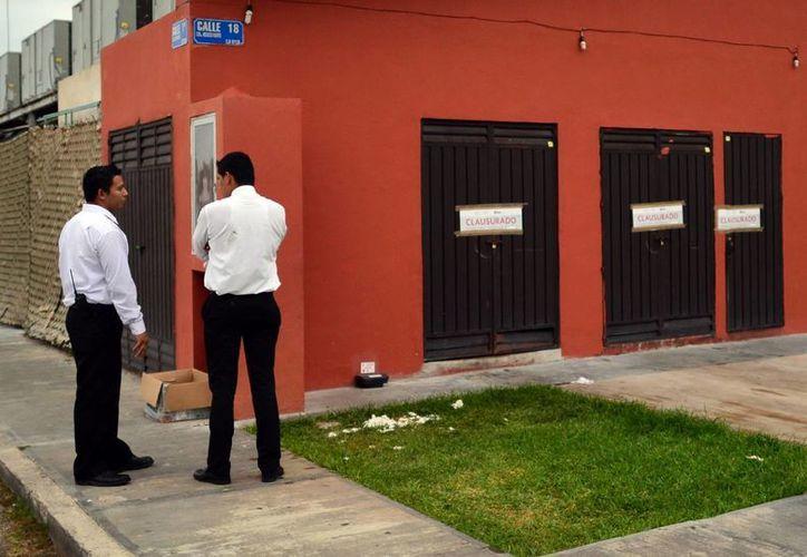 """El personal del SAT colocó sellos de clausura en dos de los casinos """"visitados"""". (Luis Pérez/SIPSE)"""